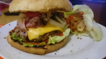 Chili-Bacon-Feta-Cheeseburger mit Pusztasalat